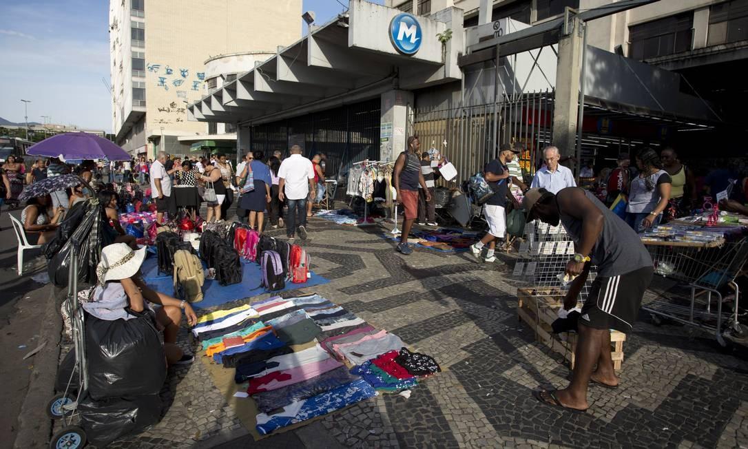 Do lado de fora das grades da estação férrea, camelôs irregulares vendem suas mercadorias Márcia Foletto / Agência O Globo