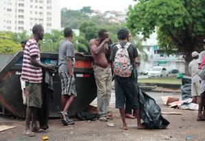 Usuários de crack consomem a droga livremente na esquina com a Oito de Dezembro Foto: Brenno Carvalho / Agência O Globo