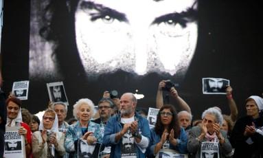 Manifestação para exigir justiça três meses após o desaparecimento do ativista Santiago Maldonado na praça da Praça de Maio, em Buenos Aires Foto: EMILIANO LASALVIA / AFP