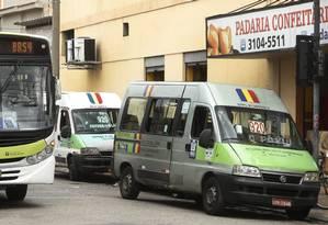 Van com aviso de itinerário do ônibus 920 em Ramos Foto: Antonio Scorza / Agência O Globo