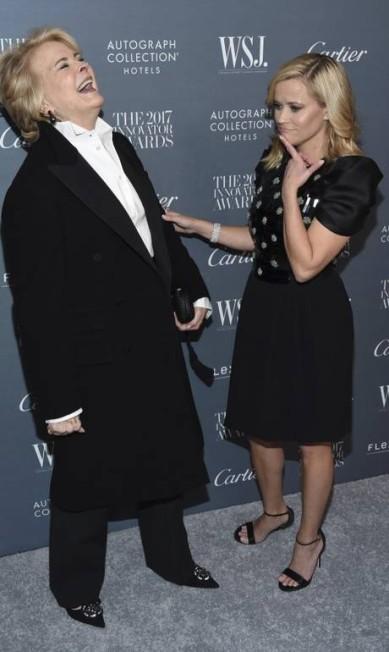 Candice Bergen e Reese Witherspoon (à direita) se divertem diante dos fotógrafos Evan Agostini / Evan Agostini/Invision/AP