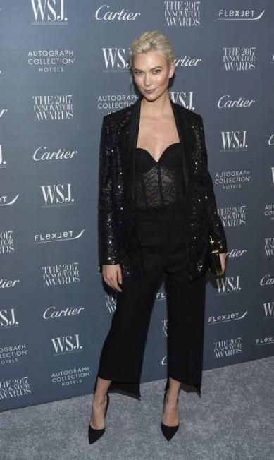 Também na linha mais sensual, a top Karlie Kloss escolheu um corset transparente para prestigiar o evento Evan Agostini / Evan Agostini/Invision/AP