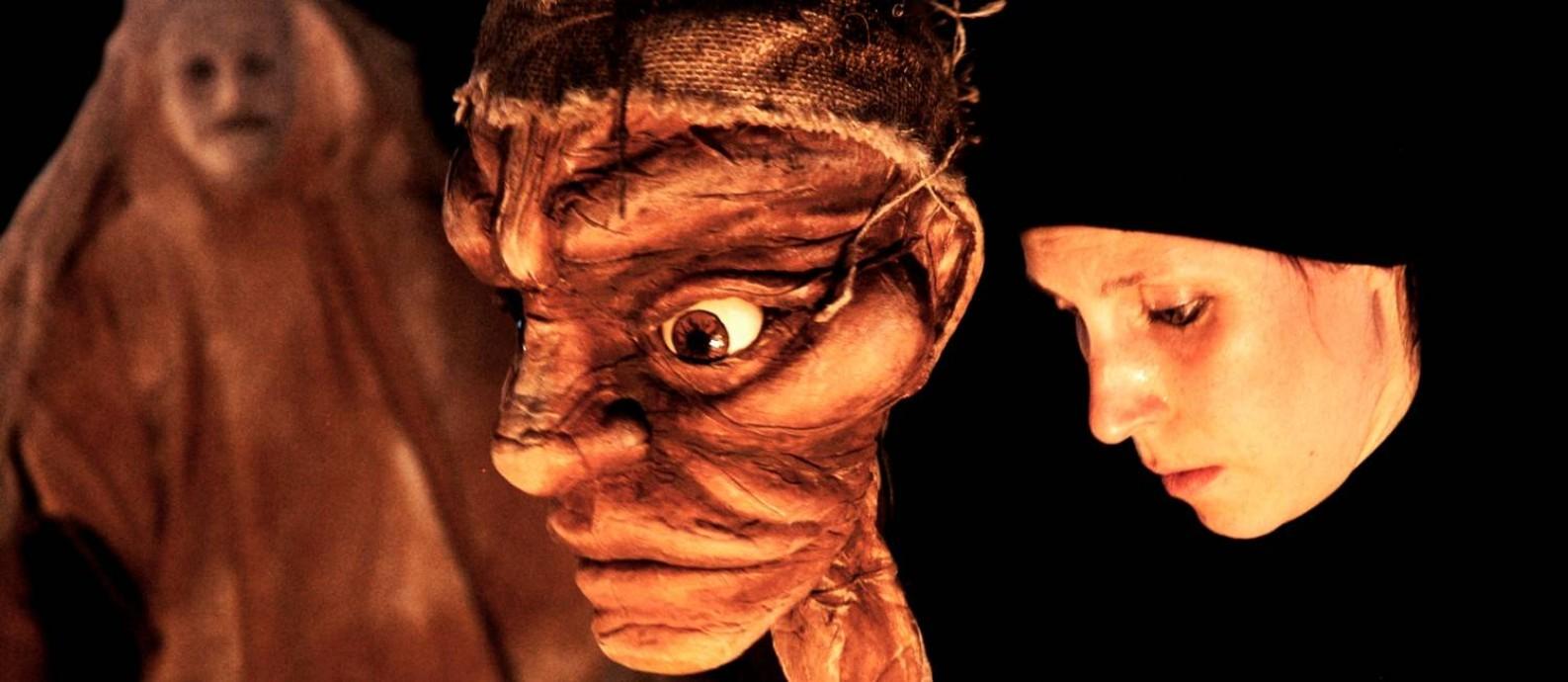 Cia. Caravan Maschera reconta história de Graciliano Ramos com máscaras e bonecos Foto: Divulgação / Tamyris Zago