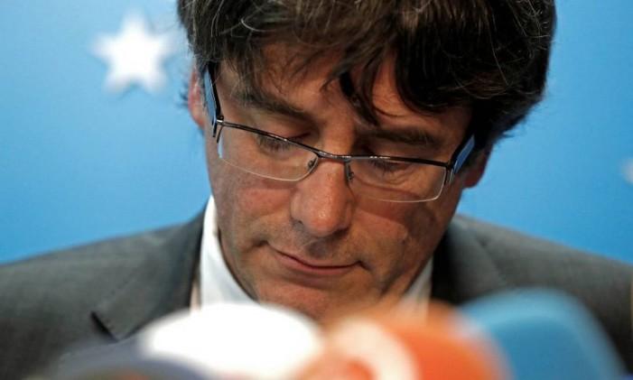 Líder catalão destituído, Carles Puigdemont, participa de entrevista coletiva em Bruxelas em 31 de outubro Foto: YVES HERMAN / REUTERS