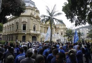 Manifestantes protestam contra pregão da Cedae em frente ao Palácio Guanabara em 01/11/2017 Foto: Pedro Teixeira / Agência O Globo