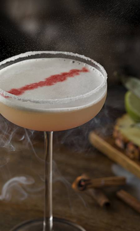 O Mirabilis (R$ 35), do Mr. Lam, é feito com Tequila José Cuervo Especial, licor 43, sour mix, abacaxi e aroma de canela, servido em uma crosta salgada Foto: Divulgação / Rodrigo Azevedo / Divulgação/Rodrigo Azevedo