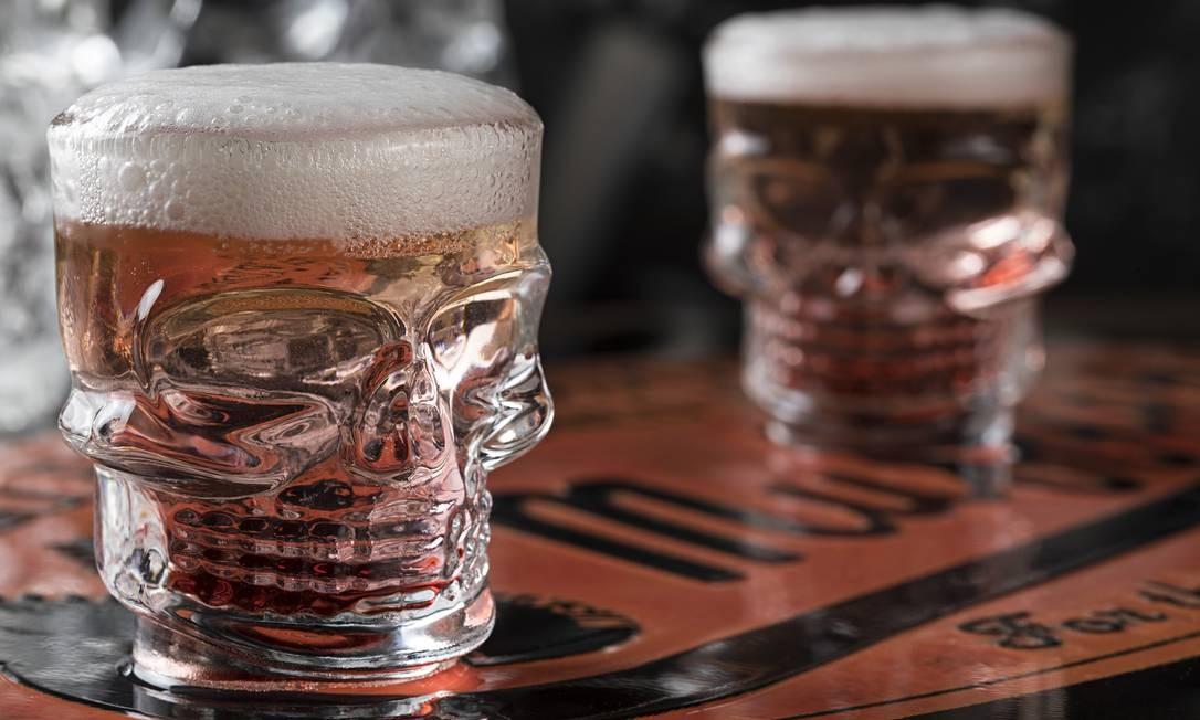 O tex-mex Rota 66 criou, para a celebração do Día de Muertos, o drink El Macabro (R$ 35). Servida em um copo de caveira, que o cliente leva para casa, a receita leva tequila ouro, licor de pêssego, espuma de chope e calda de beterraba azeda Foto: Divulgação / Rodrigo Azevedo / Rodrigo Azevedo