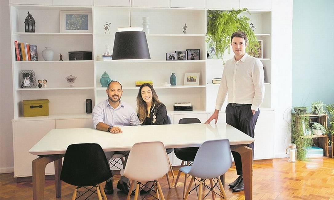 Sob medida. O arquiteto Fabiano Ravaglia ajudou o casal Tiago e Juliana a redecorar o apê em Copacabana mesclando peças novas, como a mesa de jantar, com o que eles já tinham Foto: Márcia Foletto/Globo