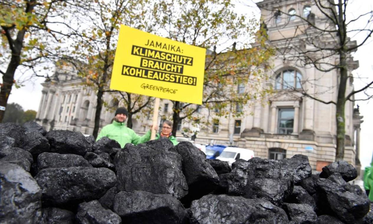"""Ativistas do Greenpeace protestam em Bonn, Alemanha: """"Jamaica, a proteção do clima precisa da saída do carvão"""" Foto: JOHN MACDOUGALL / AFP"""