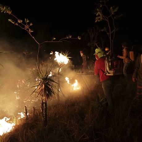 Voluntários atuam para conter o incêndio na Chapada dos Veadeiros, em Goiás: falta de agentes e de recursos dificultam fiscalização no país Foto: Eraldo Peres / AP