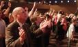 Pessoas participam de um culto evangélico em Pensacola, na Flórida