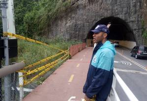 Técnico da Defesa Civil no trecho onde grades foram furtadas Foto: Divulgação/Defesa Civil