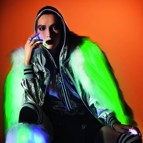 Jaqueta (R$ 1.588), casaco (R$ 5.228), polainas (R$ 1.538) com LED embutido e anéis com LED, Andressa Salomone. Bermuda que combate a celulite, Memo (R$ 139,90). Hot pants Dudu Bertholini para UV.LINE (a partir de R$ 120). Jaqueta inteligente amarrada na cintura, Levi's (US$ 350). Meias, acervo Foto: Mariana Maltoni