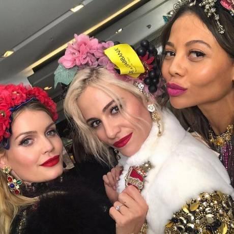 Kitty Spence (primeira à esquerda) com a cantora Pixie Lott e a viscondessa Emma Weymouth Foto: Reprodução/Instagram