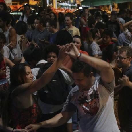 """Bailado solto. A Praça da Cantareira, em São Domingos, vira uma grande pista de dança, reunindo amantes do forró: frequentadores riscam o chão do """"salão"""" Foto: Fotos de Roberto Moreyra"""