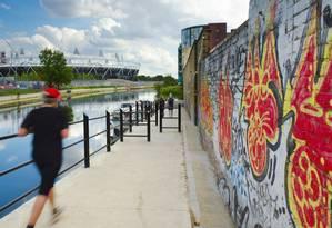 Na margem de Hackney Wick, muro grafitado, marca da região: artistas tentam impedir destruição de antigas construções que abrigam estúdios Foto: Alan Copson/AFP