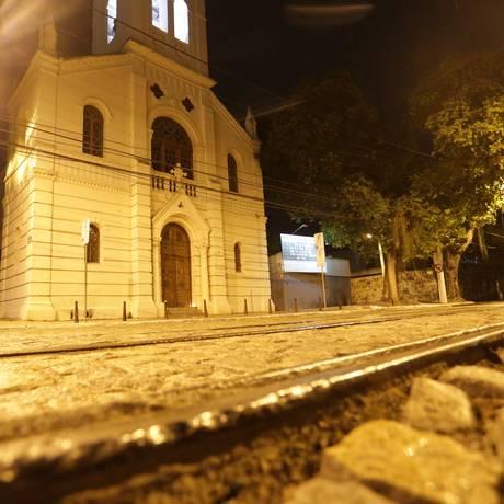 Desnivelados. Trechos dos trilhos que estão acima do calçamento da rua Foto: Agência O GLOBO / Roberto Moreyra