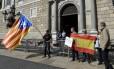 Manifestantes com a bandeira da Catalunha (à esquerda) e da Espanha (direita) em frente ao palácio da 'Generalitat', sede do governo catalão: região está dividida entre separatistas e unionistas