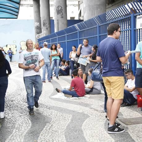 Candidatos começam a entrar nos locais de prova: eles têm de 12h até as 13h para acessar suas salas Foto: Bárbara Lopes / Agência O Globo