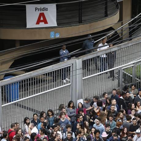 No campus da Uninove, em São Paulo, muitos estudantes fizeram fila antes da abertura dos portões Foto: Edilson Dantas / Agência O Globo