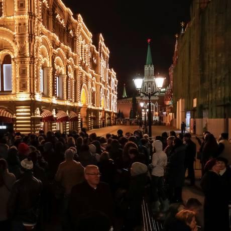 Público se aglomera do lado de fora da loja de departamentos GUM, em Moscou, um dos alvos das ameaças de bomba neste domingo Foto: REUTERS/TATYANA MAKEYEVA