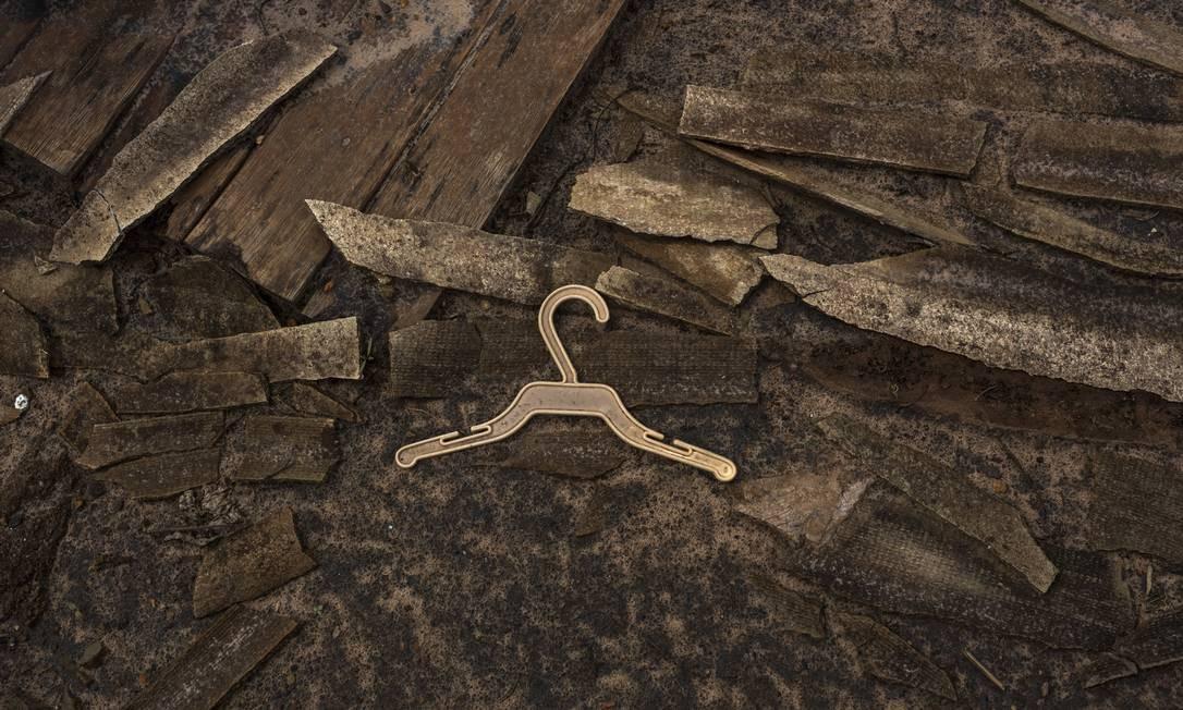 As seis fotografias da mostra reúnem paisagens devastadas e objetos cobertos pela lama, após o rompimento da barragem da Samarco, em novembro de 2016. Fotografia de Ana Carolina Fernandes. Foto: Ana Carolina Fernandes / Divulgação