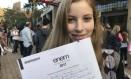 Louise Gabriele Melecchi, candidata surda que prestou exame em Porto Alegre, mostra o rascunho de sua redação Foto: Patrícia Comunello