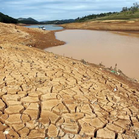 Marcas da crise hídrica de 2014 na Represa de Atibainha em Nazaré Paulista (SP) Foto: Michel Filho/4-11-2014