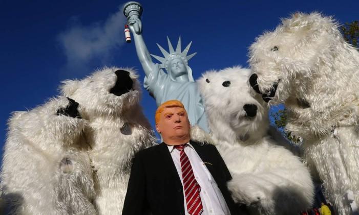 Manifestantes vestidos de ursos polares e com a máscara do presidente americano Donald Trump em Bonn (Alemanha) Foto: WOLFGANG RATTAY / REUTERS