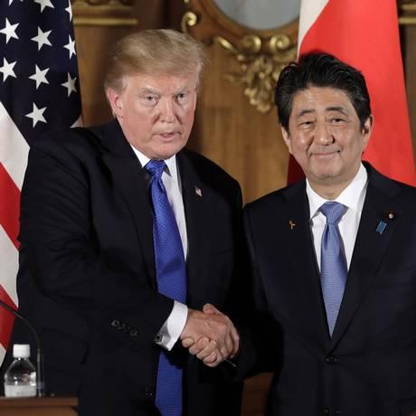 O presidente dos EUA, Donald Trump, cumprimenta o primeiro-ministro do Japão, Shinzo Abe, em entrevista coletiva no Palácio Akasaka, em Tóquio Foto: KIYOSHI OTA / AFP