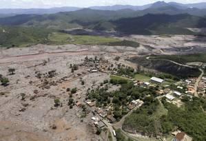Vista de Bento Rodrigues tomada pela lama do desastre de dois anos atrás Foto: Ricardo Moraes / Reuters