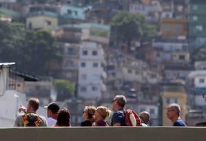 Turistas na passarela da Rocinha um mês após a invasão de uma facção rival na comunidade Foto: Fabiano Rocha / Agência O Globo
