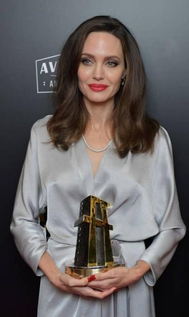 """Angelina recebeu o prêmio de melhor filme de língua estrangeira por """"First they killed my father"""", sem título em português Neilson Barnard / AFP"""