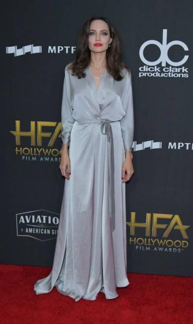 Angelina Jolie foi uma das homenageadas na 21ª edição do Hollywood Film Awards, no domingo, em Beverly Hills. Confira o visual dos convidados do evento que reuniu estrelas no famoso The Beverly Hilton Hotel Neilson Barnard / AFP