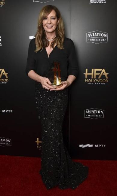 """Allison Janney, que ganhou o prêmio de melhor atriz coadjuvante por """"I, Tonya"""", usou saia da coleção de outono 2017 Rani Zakhem Jordan Strauss / Jordan Strauss/Invision/AP"""
