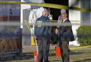 FBI investiga a cena do crime na Primeira Igreja Batista em Sutherland Springs, no Texas. Autoridades ainda não sabem a motivação do ataque Foto: Edward A. Ornelas / AP