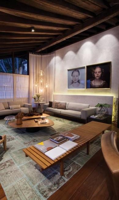 Com o nome de Amazing Living, o ambiente de Bruna Awata e Rita Santiago integra living e sala de jantar tendo a madeira como fio condutor Divulgação