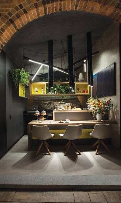 Regina da Mata e Ricardo Raposo assinam os ambientes Café da Casa e Jardim do Café. Neles, a rocha já existente dialoga com o paisagismo e o restante do décor para criar um ambiente acolhedor Divulgação