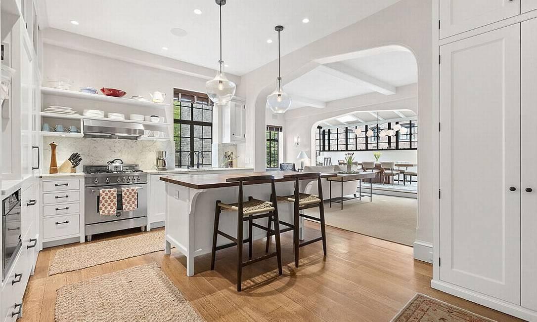 Amplo e com muita luz natural, o imóvel tem piso de madeira, janelas restauradas e portas de vitrais personalizadas © corcoran