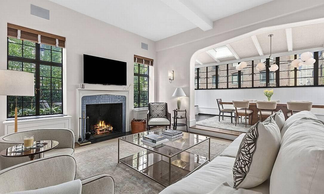 Apartamento no Upper West Side foi comprado pelo ator de 46 anos e a então namorada Jennifer Westfeldt em 2013. A sala tem lareira a lenha © corcoran