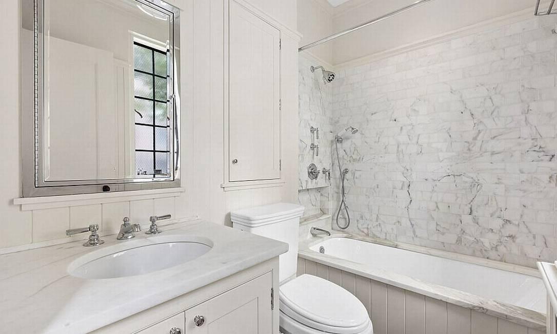 Os dois banheiros são de azulejo e com louças brancos © corcoran
