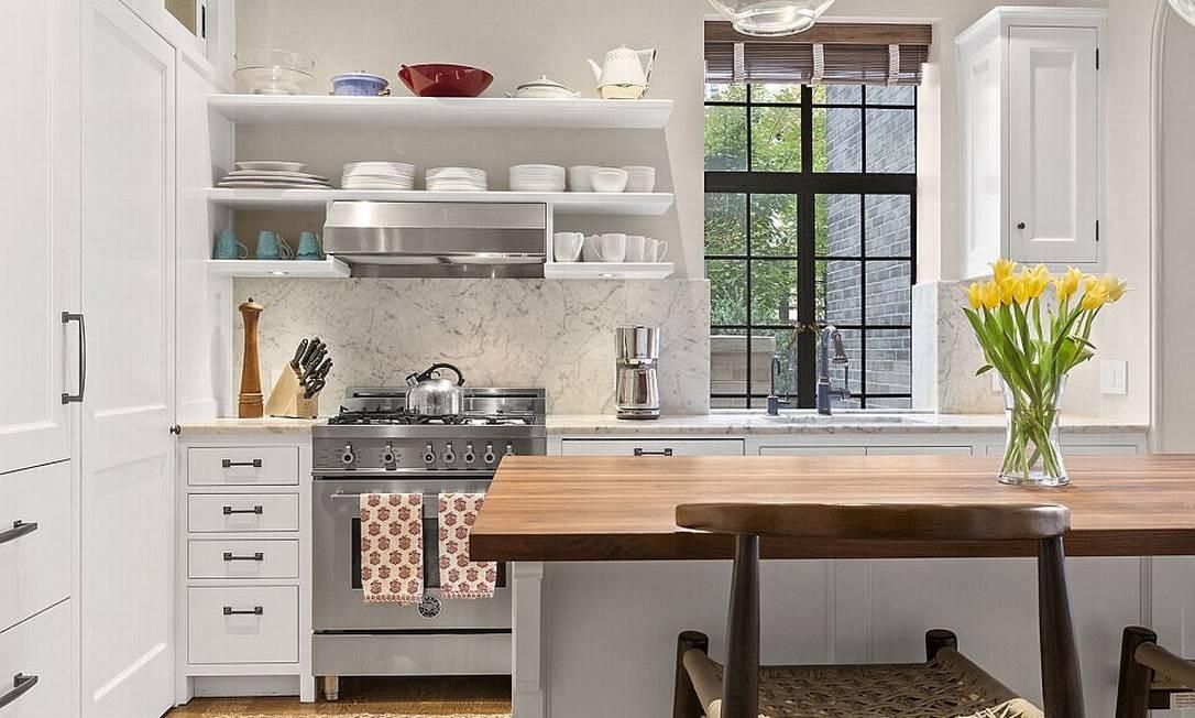 A cozinha integrada com a sala de estar tem vista para o terraço © corcoran