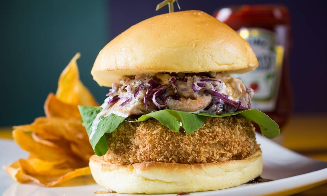 Meza Bar. O Jazzy Burger é montado com frango crocante, salada de camarão, rúcula e caramelo de cerveja (R$ 39). Rua Capitão Salomão 69, Botafogo (3239-1951). Dom a qua, das 18h à meia-noite. Qui, das 18h à 1h. Sex e sáb, das 18h às 2h. Lipe Borges / Divulgação