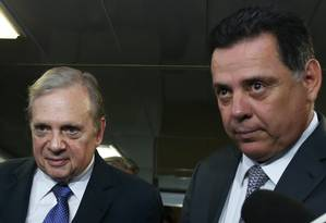 O senador Tasso Jereissati (PSDB-CE), ao lado o governador de Goiás, Marconi Perillo (PSDB), durante entrevista após reunião do partido Foto: Givaldo Barbosa/Agência O Globo/01-11-2017