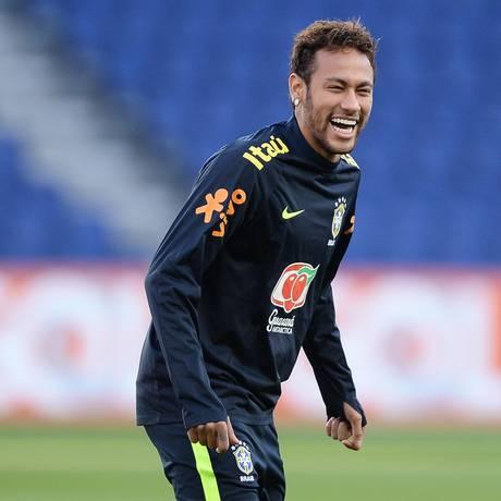 Neymar em momento de descontração em treino da seleção brasileira Foto: Pedro Martins/ MoWa Press / Agência O Globo