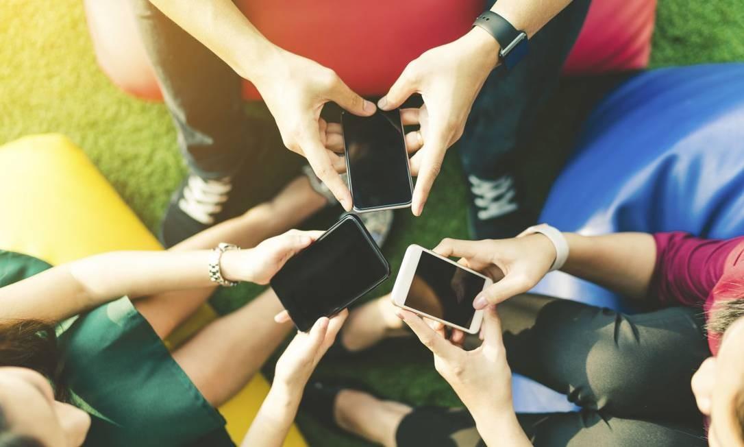 Jovens grudados em seus celulares: discussões de agora vão ajudar a moldar o futuro das relações humanas com novas tecnologias Foto: shutterstock.com