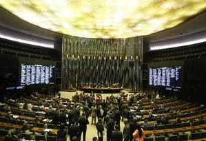Câmara aprova projeto que obriga instalação de bloqueador de celular em presídios Foto: Ailton de Freitas / Agência O Globo