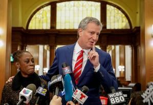 Em alta. O prefeito Bill de Blasio fala em coletiva de imprensa após votar em Nova York: busca por reeleição Foto: BRENDAN MCDERMID/REUTERS