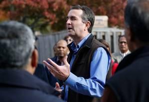 Ralph Northam se reúne com voluntários em Sterling, na Virgínia Foto: Steve Helber / AP