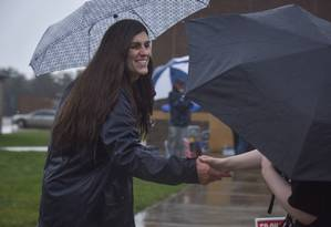 A transgênero Danica Roem, que venceu eleição para deputada, faz campanha em escola em Gainesville, na Virgínia Foto: Jahi Chikwendiu / AP